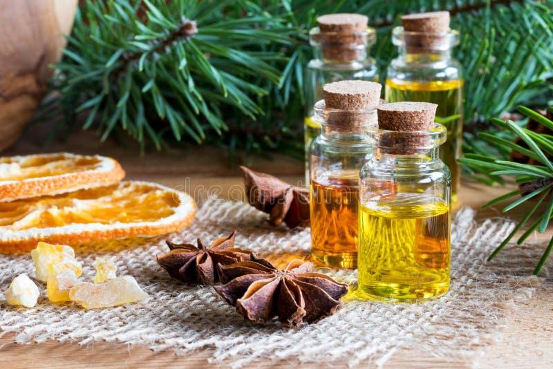 Selección de aceites esenciales con las especias y el ingrediente de la Navidad fotos de archivo