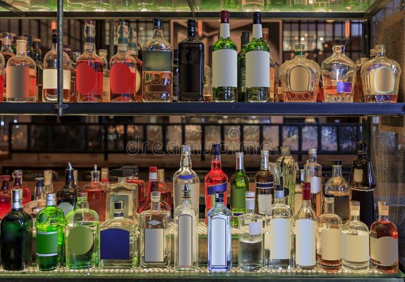 Selección de botellas de alcohol en estantes en un bar, logotipos y etiquetas retirados Nueva York Estados Unidos de América fotografía de archivo