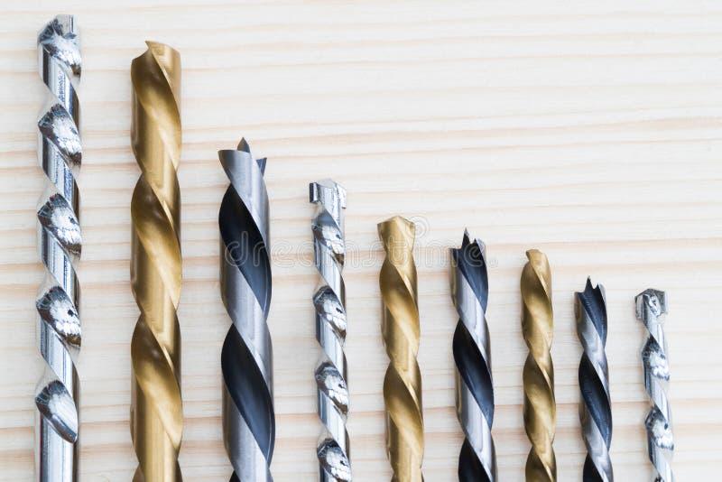 Selección de brocas dispuestas en tamaño descendente en vagos de madera imagen de archivo