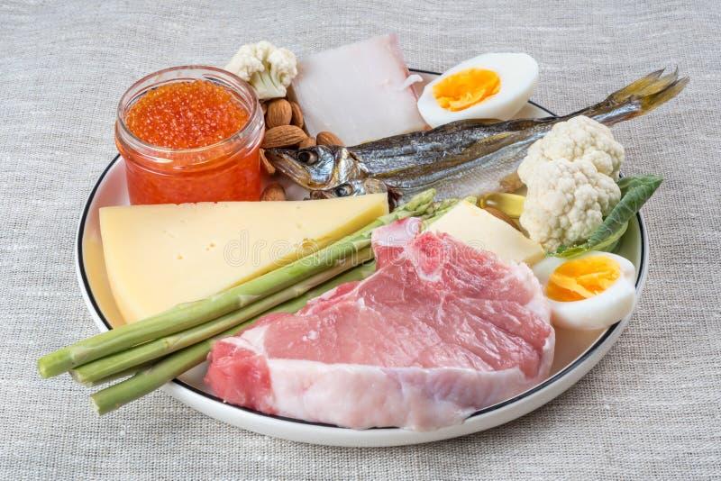 Selección de buenas fuentes gordas de productos de dieta quetogénicos en un fondo de lino de la tela fotografía de archivo libre de regalías
