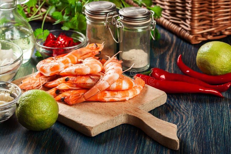 Selección de camarón lista para freír con la cebolla, el ajo, el chile y la cal en tabla de cortar imágenes de archivo libres de regalías