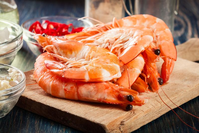 Selección de camarón lista para freír con la cebolla, el ajo, el chile y la cal en tabla de cortar fotos de archivo libres de regalías