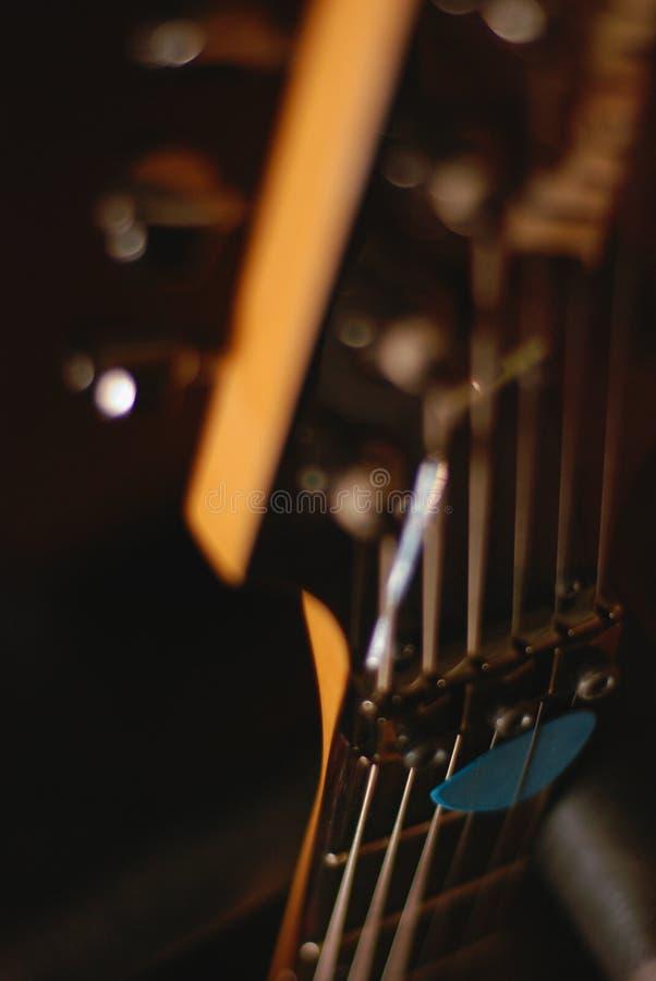 Selección de la guitarra del foco con el fondo borroso imagen de archivo