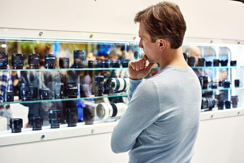Selección de la lente de cámara en el escaparate de la tienda fotos de archivo