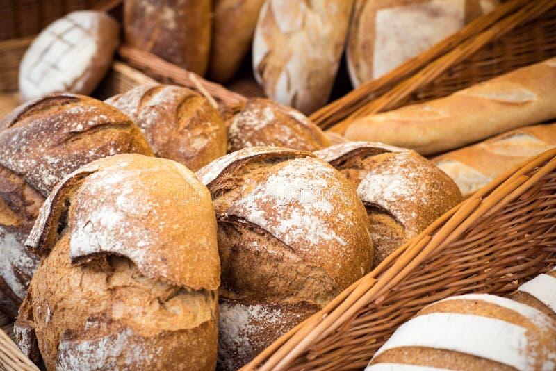 Selección de panes hechos en casa del diverso cereal en la exhibición imagen de archivo