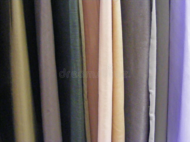 Selección de telas coloridas para las cortinas, rollos de telas De lana, materias textiles imagenes de archivo
