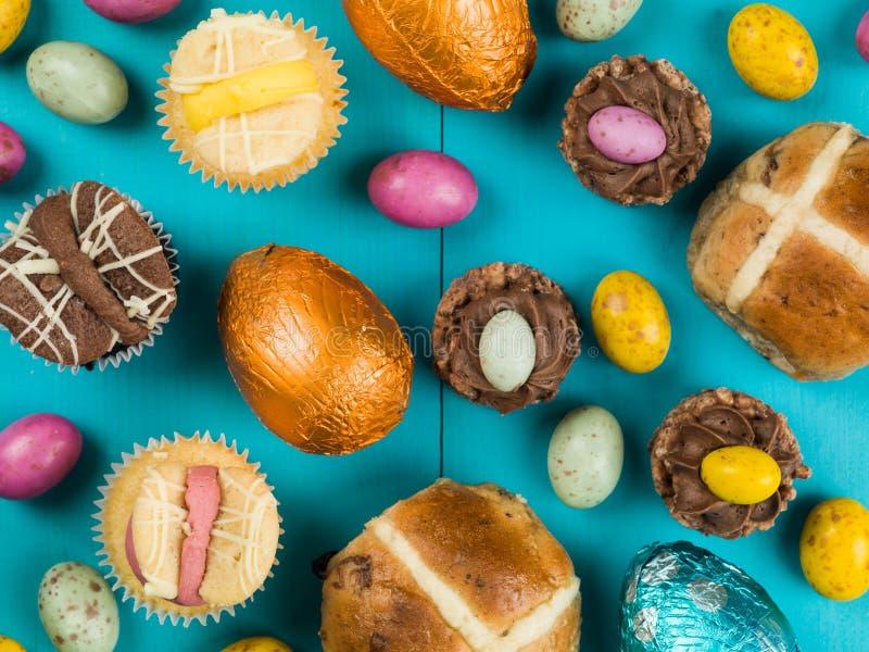 Selección de tortas y de Mini Chocolate Easter tradicionales de Pascua imágenes de archivo libres de regalías
