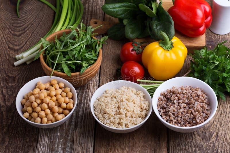 Selección de verduras frescas y cereal, granos y legumbre cocinados foto de archivo libre de regalías