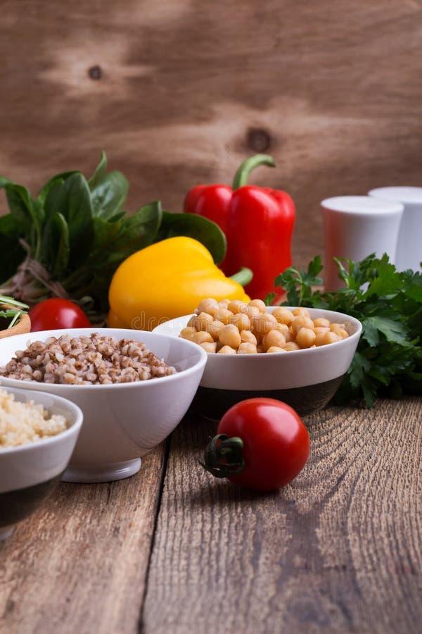 Selección de verduras frescas y cereal, granos y legumbre cocinados fotografía de archivo