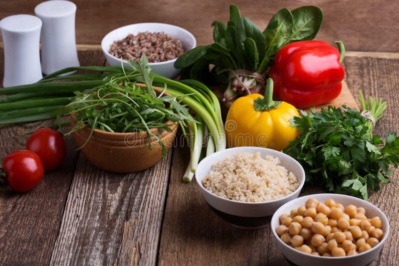 Selección de verduras frescas y cereal, granos y legumbre cocinados fotos de archivo libres de regalías