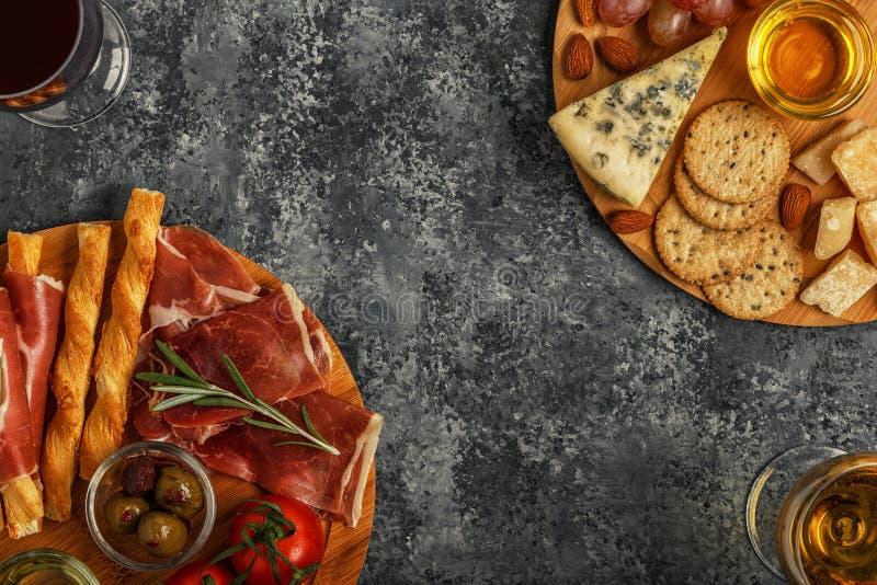Selección del aperitivo del queso y de la carne, visión superior imágenes de archivo libres de regalías