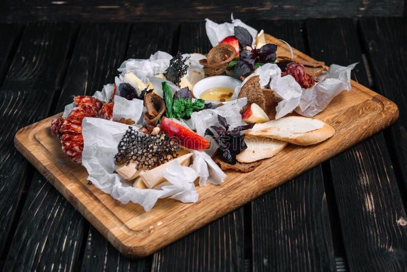 Selección del aperitivo del queso y de la carne Diferentes tipos de salami y de queso imagen de archivo