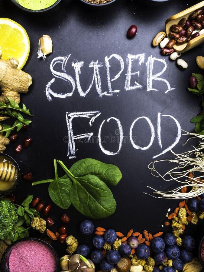 Selecci?n estupenda sana de la comida en fondo de madera Alto en antioxidantes, vitaminas, minerales y antocianinas fotografía de archivo