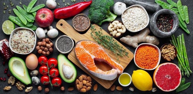 Selección limpia de la consumición de la comida sana: pescados, fruta, nueces, verdura, semillas, superfood, cereales, verdura de imágenes de archivo libres de regalías