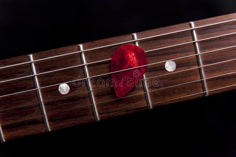 Selección roja de la guitarra en el fingerboard foto de archivo