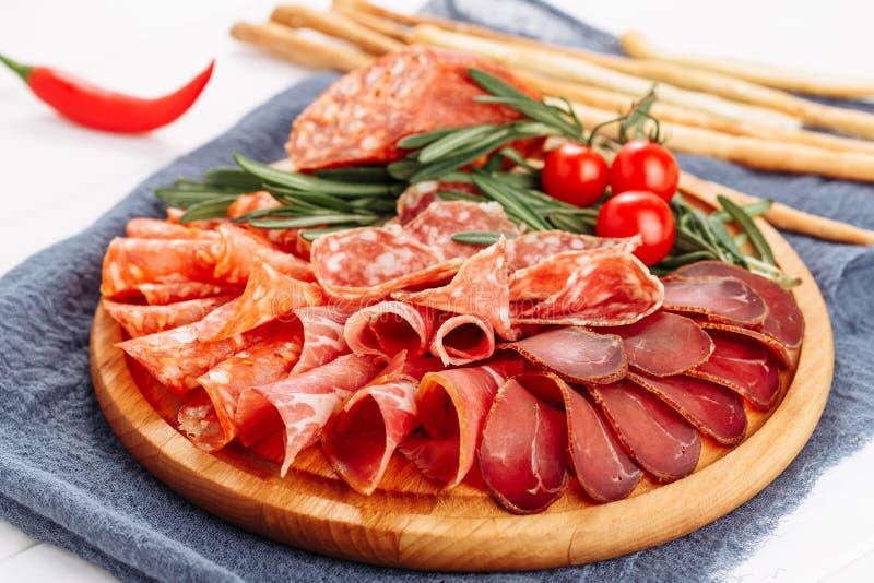 Selección secada disco de la rebanada del tablero de la carne del salami imagen de archivo