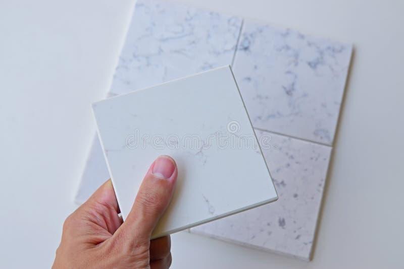 Seleccionando un diseño de piedra para la renovación casera diseñe fuera de diversas opciones fotos de archivo