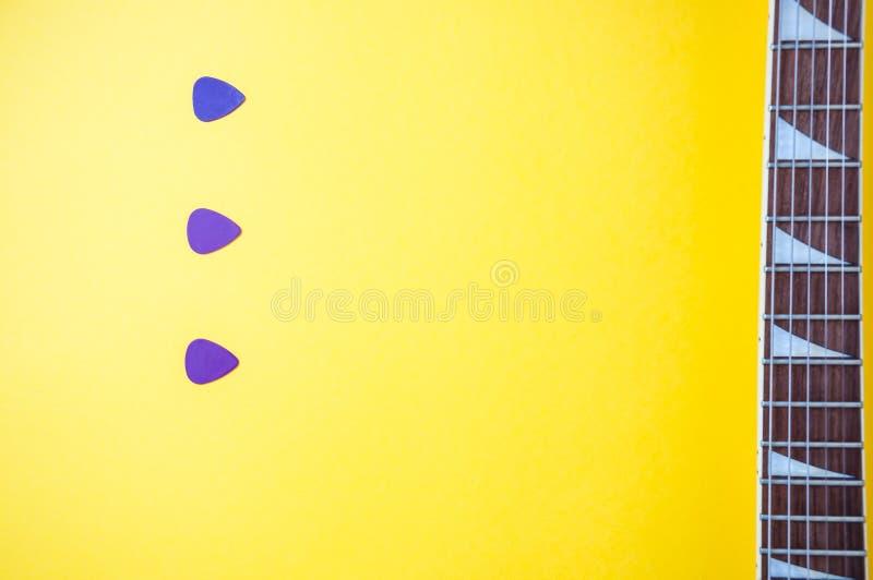 Selecciones púrpuras de la guitarra como rociadas fotos de archivo