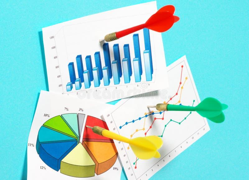 Selecionando três gráficos. fotografia de stock royalty free