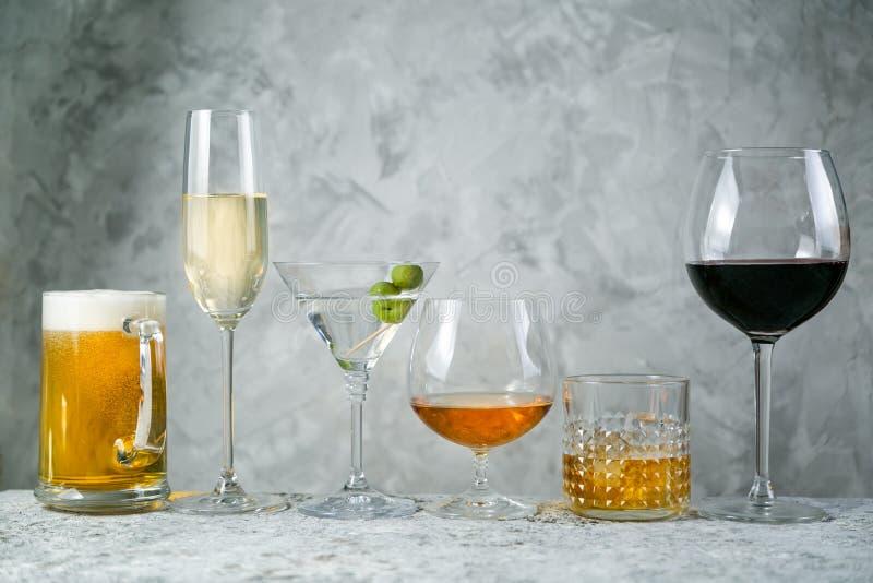 Selectie van alcoholische dranken - bier, wijn, martini, champagne, cogniac, whisky royalty-vrije stock foto