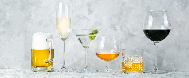 Selectie van alcoholische dranken - bier, wijn, martini, champagne, cogniac, whisky royalty-vrije stock afbeelding