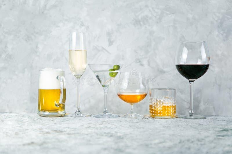 Selectie van alcoholische dranken - bier, wijn, martini, champagne, cogniac, whisky stock afbeelding