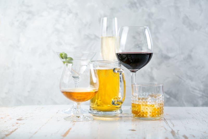 Selectie van alcoholische dranken - bier, wijn, martini, champagne, cogniac, whisky royalty-vrije stock foto's