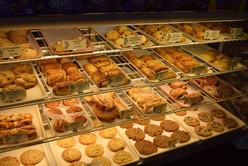 Selectie van gebakken goederen voor verkoop in Frency-bakkerij royalty-vrije stock foto's