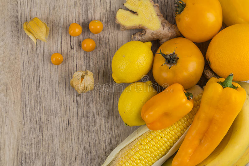 Selectie van geel en oranje fruit stock foto's