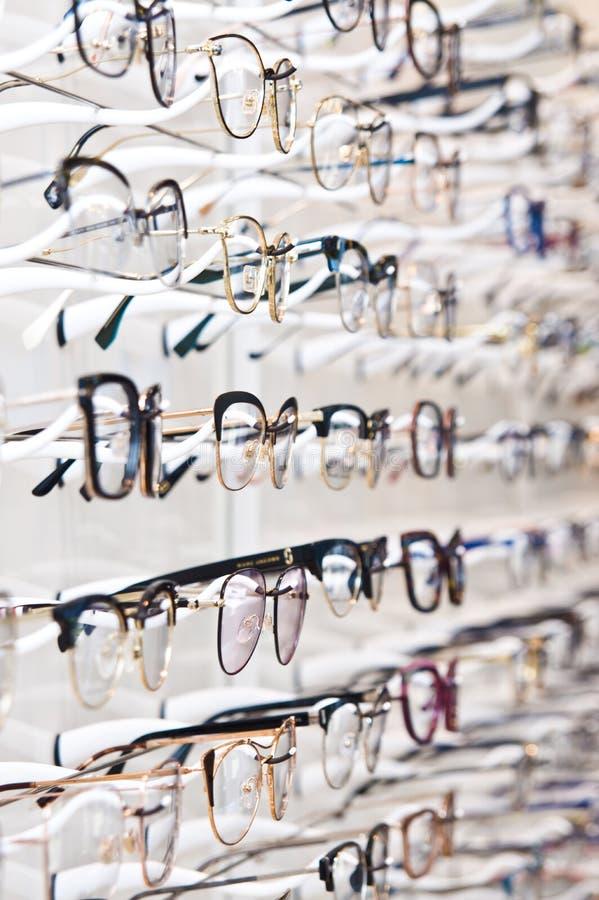 Selectie van gemerkte oogglazen in een opticien kleinhandelswinkel in Polen stock fotografie