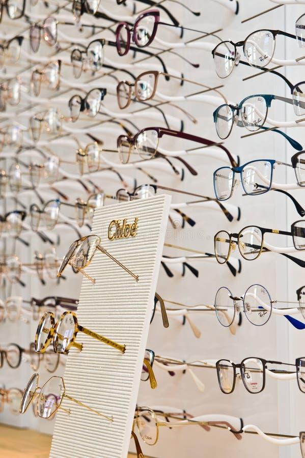 Selectie van gemerkte oogglazen in een opticien kleinhandelswinkel in Polen royalty-vrije stock foto
