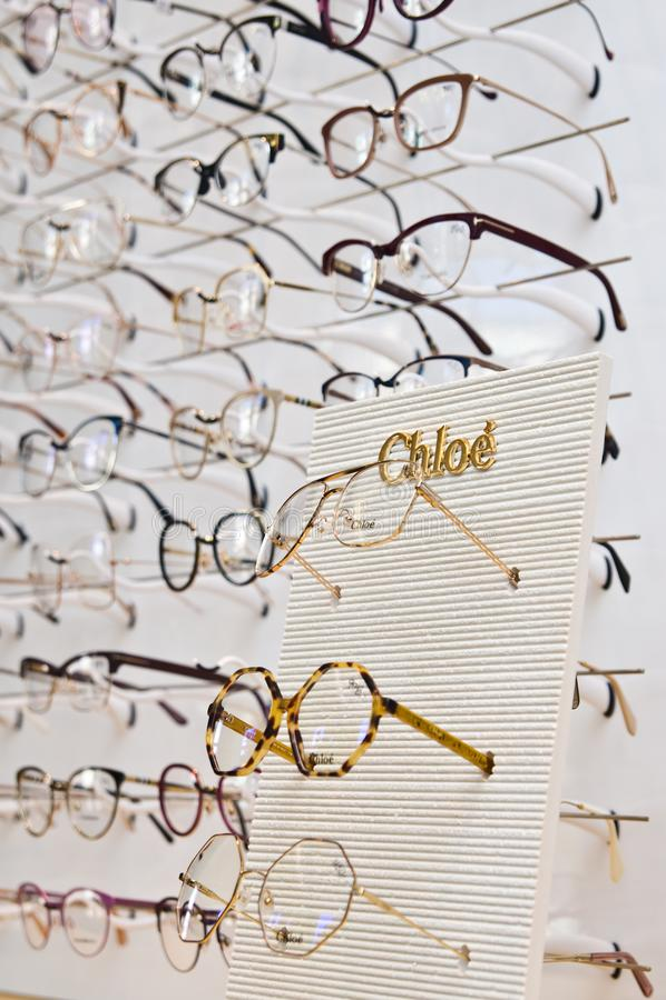 Selectie van gemerkte oogglazen in een opticien kleinhandelswinkel in Polen stock afbeeldingen