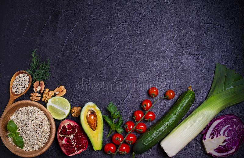 Selectie van gezond voedsel Voedselachtergrond: quinoa, granaatappel, kalk, groene erwten, bessen, avocado, noten en olijfolie stock afbeelding