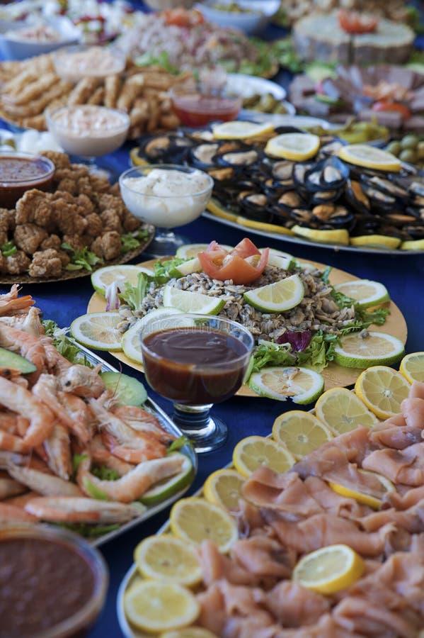 Selectie van koude beetjes, overzees voedsel, vlees, salades en sausen bij een buffetbar, of zelfbedieningsrestaurant stock afbeeldingen