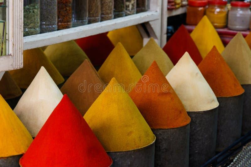 Selectie van kruiden op een traditionele Marokkaanse markt souk in Marrakech, Marokko stock afbeeldingen