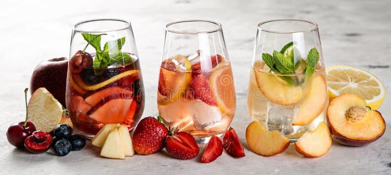 Selectie van rood, roze, witte sangria's - en ingrediënten stock fotografie