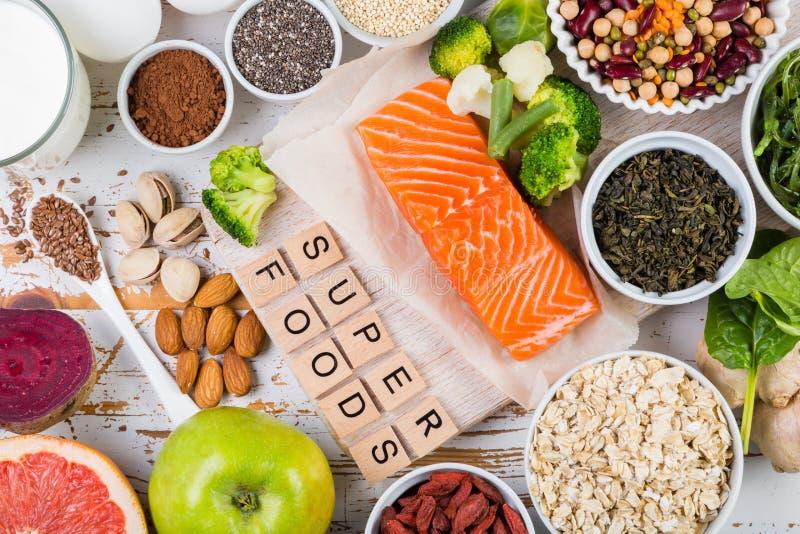 Selectie van superfoods op rustieke achtergrond stock fotografie
