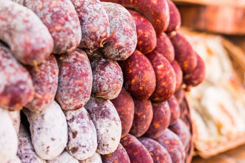 Selectie van traditionele Italiaanse genezen vlees en worsten bij de markt van het straatvoedsel stock foto's
