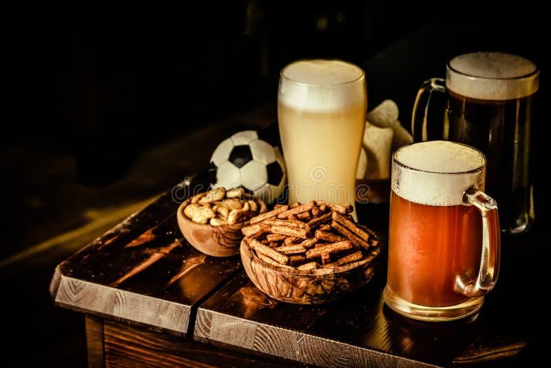 Selectie van verschillende types van bier en zoute snacks s in bar stock foto's