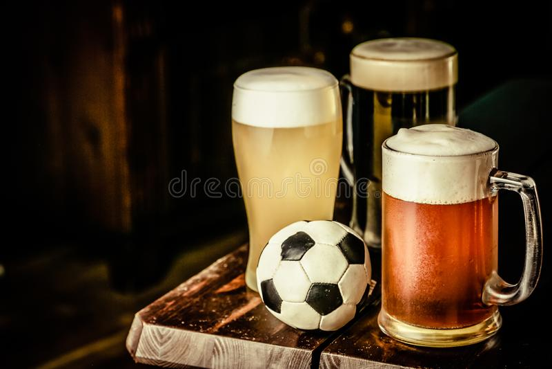 Selectie van verschillende types van bier in glazen op barachtergrond stock afbeelding