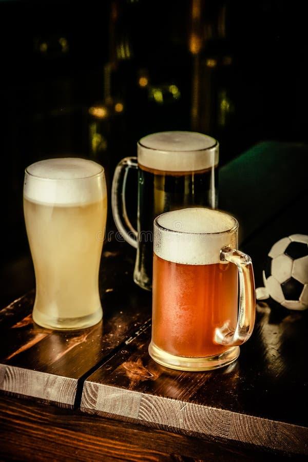 Selectie van verschillende types van bier in glazen op barachtergrond stock fotografie