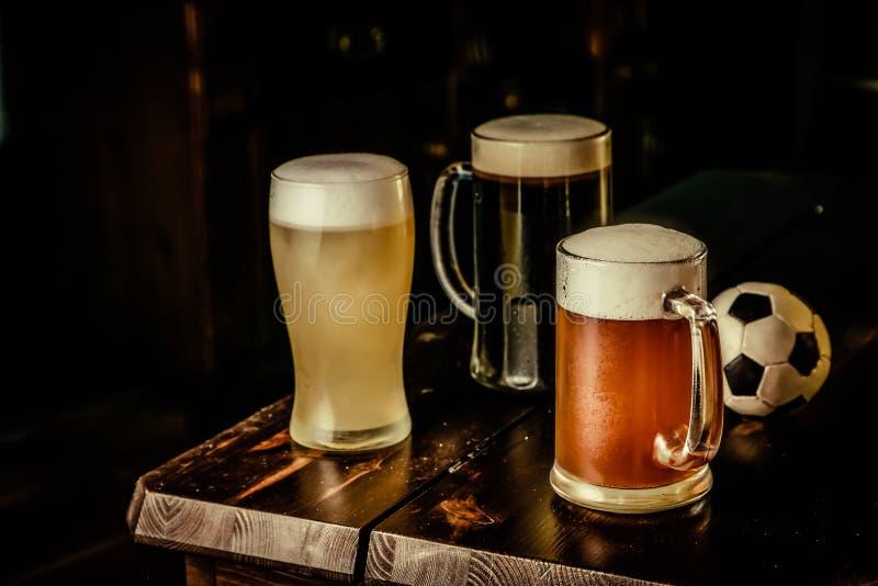 Selectie van verschillende types van bier in glazen op barachtergrond stock afbeeldingen