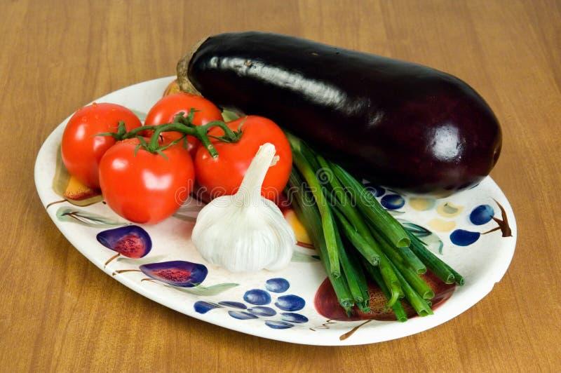 Selectie van verse groenten op een plaat 1. stock afbeelding