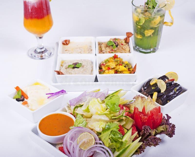 Selectie van verse salades in een restaurant stock afbeeldingen