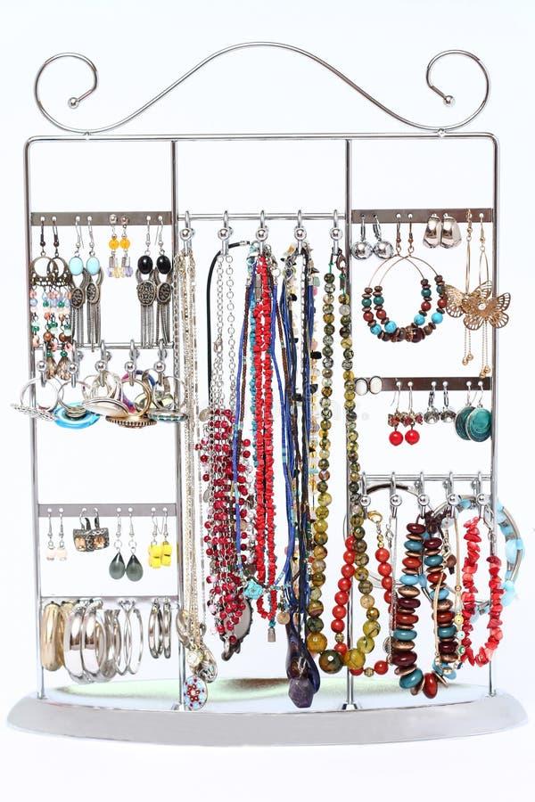 Selectie van vrouwen` s juwelen het hangen op een vertoningsrek royalty-vrije stock afbeelding