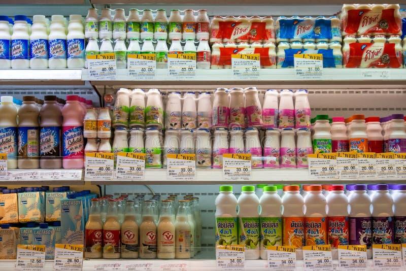 Selectie van yoghurts, sojamelk en melk op de planken in een supermarkt Siam Paragon in Bangkok, Thailand royalty-vrije stock afbeelding