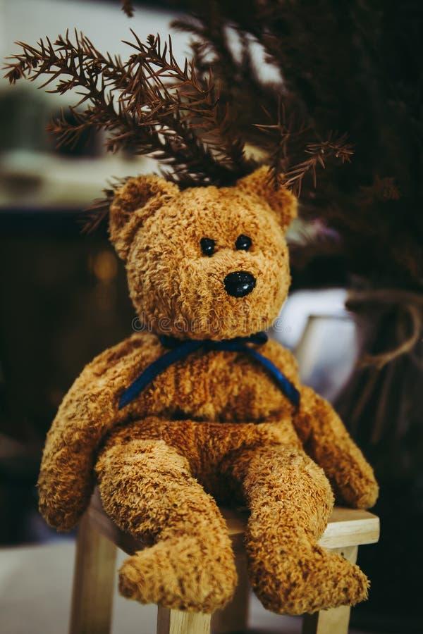 Selectief gericht op schattige teddybeer zit op de stoel of bank royalty-vrije stock foto's