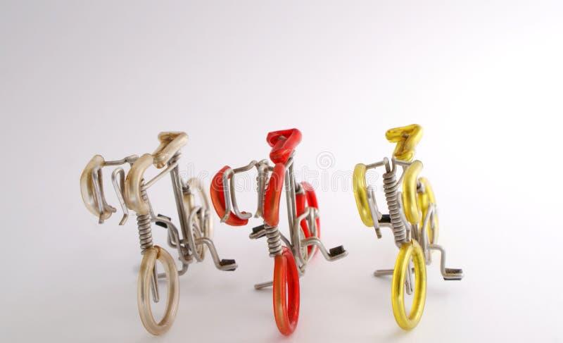 Selectief nadrukbeeld van met de hand gemaakte die fiets door aluminiumdraad en het plastiek van de kleurenpijp met isolate wit a stock fotografie