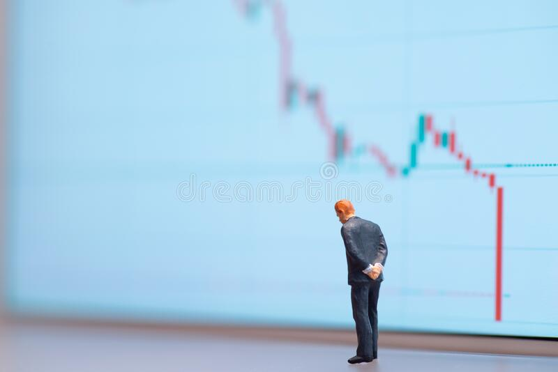 Selectieve focus miniatuur-beeldende ondernemer die naar beneden kijkt - neerwaartse neerwaartse neerwaartse neerwaartse neerwaar royalty-vrije stock fotografie