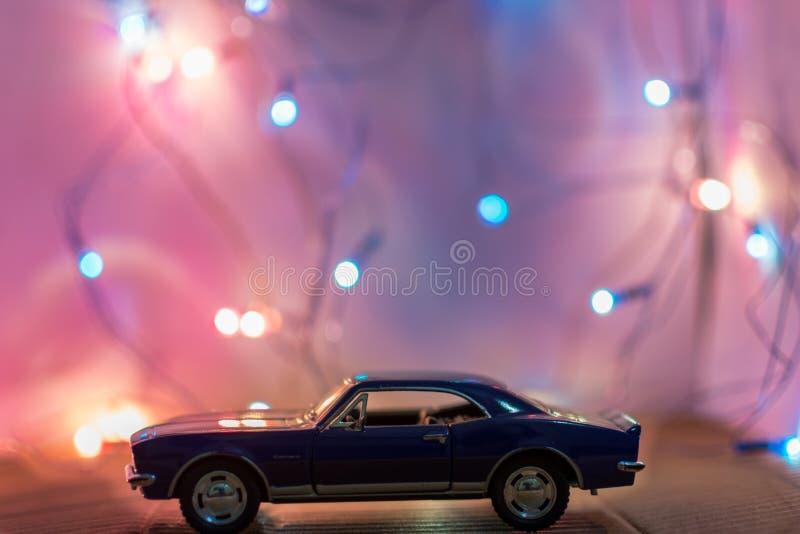 Selectieve fotografie van de Nadruk van de Klassieke Blauwe Coupe die model in Voorzijde van de Lichten van het Koord op Lijst wo stock afbeelding
